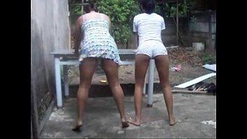 Duas novinhas bêbadas dançando funk peladinhas mostrando tudo