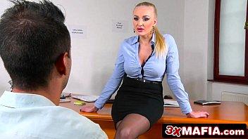 Patroa safada fez o funcionário comer ela na sala do escritório