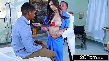 Tia tanaka foi no médico e acabou transando com a enfermeira peituda e gostosa