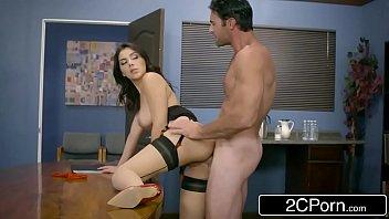 Xvidros patrão sacana abusando sexualmente da secretária gostosa no escritório