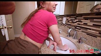 Vidio de sexo encoxando minha irmã no banheiro acabei transando com ela