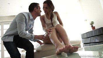 Noiva novinha sentando com força na pica do namorado