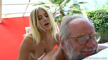Casadas no cio avô não resistiu e comeu sua neta loirinha dos peitos durinhos