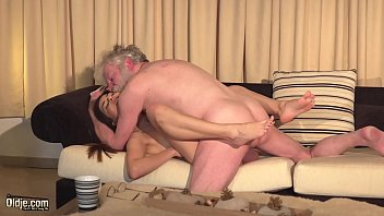 Novinha dando a buceta pro pai meter sem camisinha no incesto gostoso