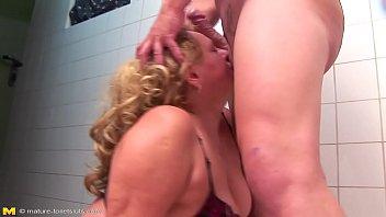 Porno coroas estupradas em sexo brutal levando mijada na cara depois do sexo