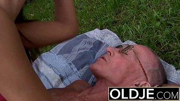 Sextube comendo o cu da netinha safada no meio do quintal sem camisinha