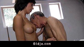 Vidios porno vovô comendo o cu da netinha novinha e fazendo ela chorar na pica