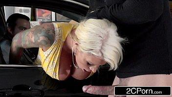 Bandido estuprando mulher gostosa e peituda do cara na frente dele