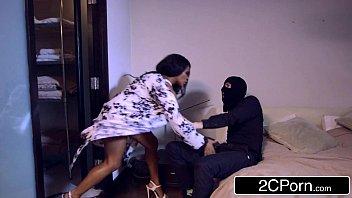 Bandido fazendo sexo forçado com mulata perfeita do porrno