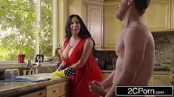 Mãe e filho fazendo sexo na cozinha