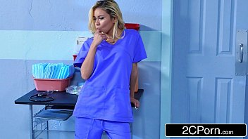 Médica flagrou enfermeira chupando o pau do paciente na sala de consultas