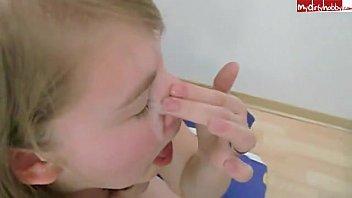 Novinha bebendo a porra do primo que gozou na boca dela