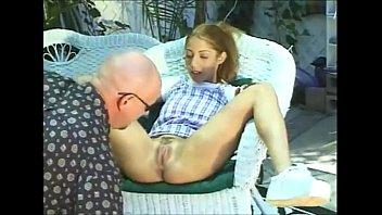 Pai chupando a buceta da filha virgem depois de ver fotos de bucetas