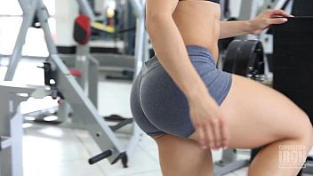 Eva Andressa Musa Fitness malhando na acadêmia