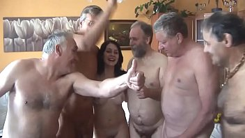 Orgia amadora com velhos comendo novinha